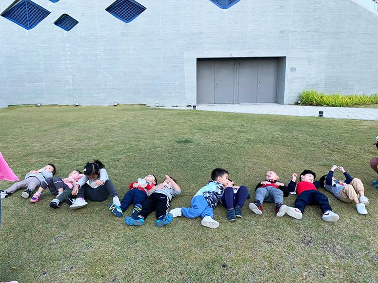 躺在草皮上好舒服喔!